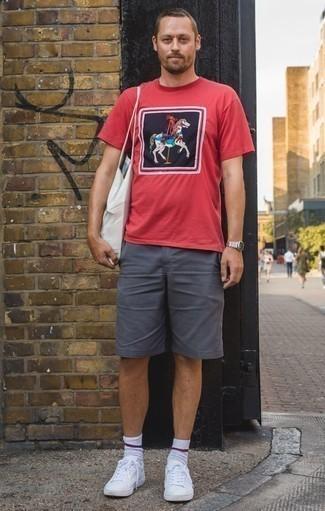 Combinar unos pantalones cortos en gris oscuro: Una camiseta con cuello circular estampada roja y unos pantalones cortos en gris oscuro son una opción atractiva para el fin de semana. Tenis de cuero blancos son una opción inigualable para completar este atuendo.