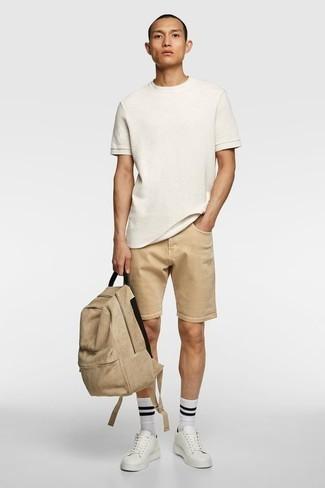 Combinar unos pantalones cortos marrón claro: Elige una camiseta con cuello circular blanca y unos pantalones cortos marrón claro para conseguir una apariencia relajada pero elegante. Tenis de cuero blancos son una opción incomparable para completar este atuendo.