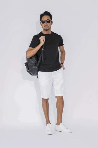 Combinar una camiseta con cuello circular negra: La versatilidad de una camiseta con cuello circular negra y unos pantalones cortos blancos los hace prendas en las que vale la pena invertir. Este atuendo se complementa perfectamente con tenis de cuero blancos.