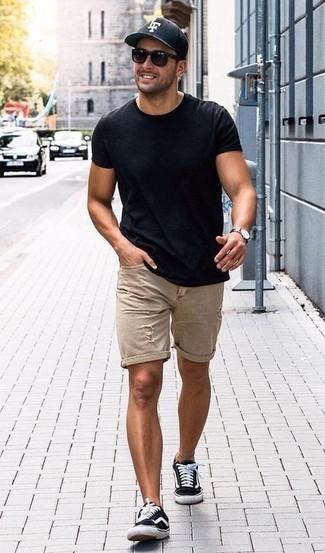 Outfits hombres: Para un atuendo tan cómodo como tu sillón elige una camiseta con cuello circular azul marino y unos pantalones cortos vaqueros desgastados en beige. ¿Te sientes valiente? Usa un par de tenis de lona en negro y blanco.