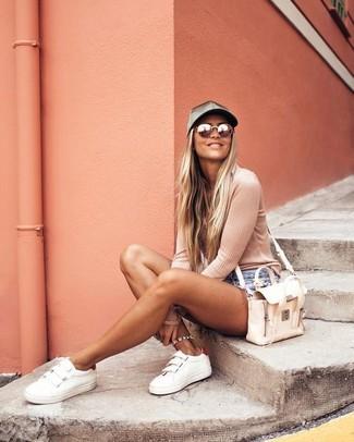 Cómo combinar: bolso bandolera de cuero en beige, tenis de cuero blancos, pantalones cortos vaqueros celestes, camiseta de manga larga rosada