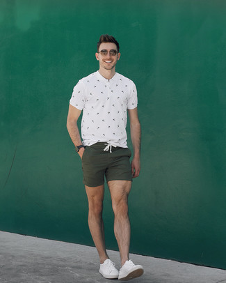 Cómo combinar: gafas de sol marrónes, tenis de cuero blancos, pantalones cortos verde oliva, camiseta henley estampada blanca