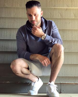Cómo combinar: reloj dorado, tenis de cuero blancos, pantalones cortos deportivos grises, sudadera con capucha en violeta