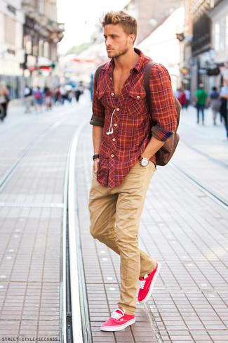 Look de moda: Mochila marrón, Tenis rosa, Pantalón chino marrón claro, Camisa de manga larga de tartán naranja