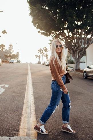 Combinar unas gafas de sol: Para un atuendo tan cómodo como tu sillón equípate un jersey con cuello circular marrón junto a unas gafas de sol. Con el calzado, sé más clásico y completa tu atuendo con tenis de ante marrónes.