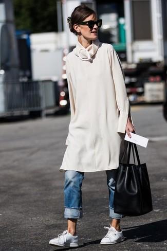 Cómo combinar: mochila con cordón de cuero negra, tenis de cuero blancos, vaqueros boyfriend azules, vestido jersey en beige