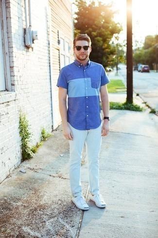 Combinar una camisa de manga corta azul: Haz de una camisa de manga corta azul y unos vaqueros blancos tu atuendo para una apariencia fácil de vestir para todos los días. Tenis de lona blancos son una opción grandiosa para completar este atuendo.