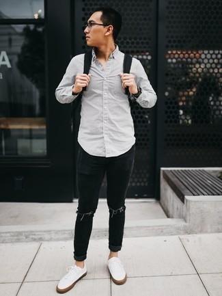 Combinar un reloj negro: Ponte una camisa de manga larga de rayas verticales gris y un reloj negro transmitirán una vibra libre y relajada. Usa un par de tenis de lona blancos para mostrar tu inteligencia sartorial.