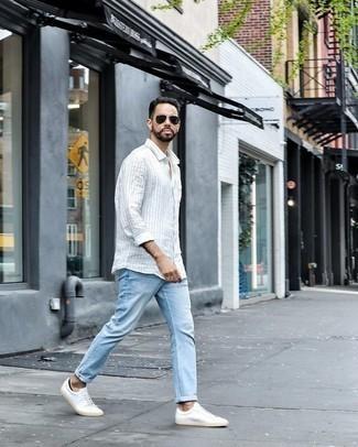 Combinar unos calcetines invisibles negros: Emparejar una camisa de manga larga de rayas verticales blanca junto a unos calcetines invisibles negros es una opción atractiva para el fin de semana. Complementa tu atuendo con tenis de lona blancos para mostrar tu inteligencia sartorial.
