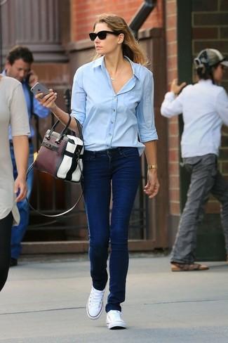 Cómo combinar: bolsa tote de cuero en multicolor, tenis de lona blancos, vaqueros azul marino, camisa de vestir celeste