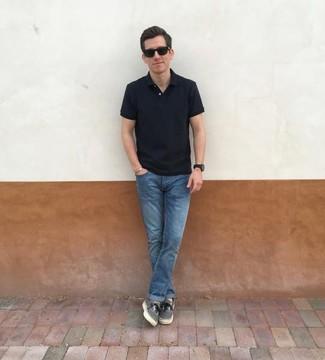 Cómo combinar: gafas de sol negras, tenis de lona grises, vaqueros azules, camisa polo negra