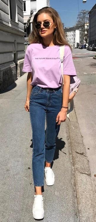 Cómo combinar: mochila de cuero rosada, tenis de lona blancos, vaqueros azul marino, camiseta con cuello circular rosada