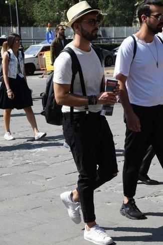 Combinar unos vaqueros desgastados negros: Empareja una camiseta con cuello circular blanca con unos vaqueros desgastados negros para un look agradable de fin de semana. Con el calzado, sé más clásico y elige un par de tenis de cuero blancos.