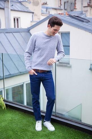 Combinar un jersey de ochos gris: Ponte un jersey de ochos gris y unos vaqueros azules para un look diario sin parecer demasiado arreglada. Tenis de cuero blancos son una opción grandiosa para complementar tu atuendo.