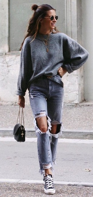 Cómo combinar: bolso bandolera de cuero negro, tenis de lona en negro y blanco, vaqueros desgastados grises, jersey oversized gris