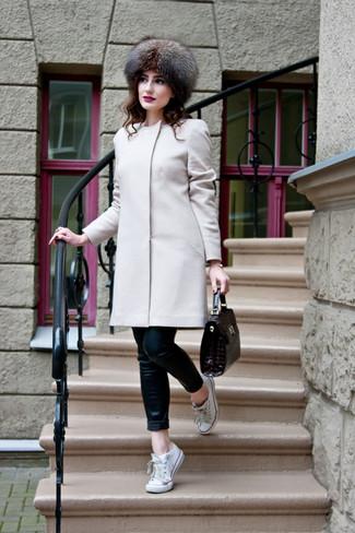 Cómo combinar: bolso de hombre de cuero en marrón oscuro, tenis de lona blancos, vaqueros pitillo de cuero negros, abrigo en beige