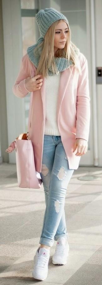 Cómo combinar: bolsa tote de cuero rosada, tenis de cuero blancos, vaqueros pitillo desgastados celestes, abrigo rosado
