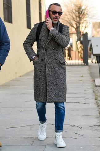Cómo combinar: mochila de lona negra, tenis de cuero blancos, vaqueros pitillo desgastados azules, abrigo largo de espiguilla en gris oscuro