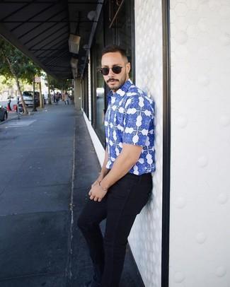 Cómo combinar: gafas de sol negras, tenis de ante azul marino, vaqueros pitillo azul marino, camisa de manga corta estampada azul