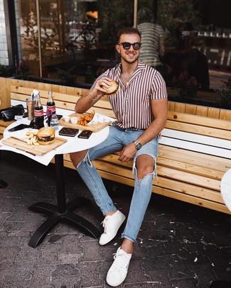 Cómo combinar: gafas de sol en marrón oscuro, tenis de cuero blancos, vaqueros pitillo desgastados celestes, camisa de manga corta de rayas verticales en blanco y rojo