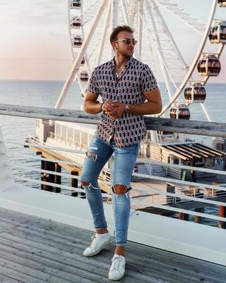 Cómo combinar: gafas de sol marrónes, tenis de cuero blancos, vaqueros pitillo desgastados azules, camisa de manga corta estampada azul marino