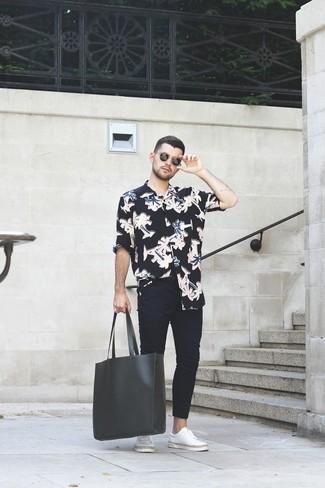 Cómo combinar: bolsa tote de cuero negra, tenis de cuero blancos, vaqueros pitillo negros, camisa de manga larga con print de flores negra