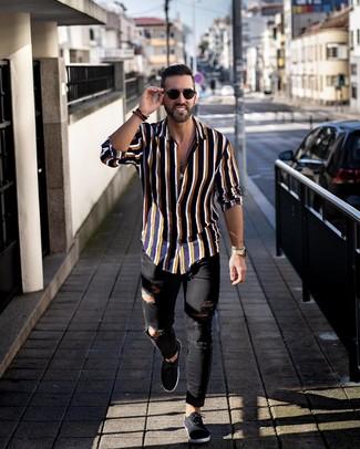 Cómo combinar: gafas de sol negras, tenis de lona negros, vaqueros pitillo desgastados negros, camisa de manga larga de rayas verticales azul marino