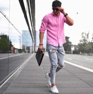 Cómo combinar: bolso con cremallera de cuero negro, tenis blancos, vaqueros pitillo desgastados celestes, camisa de manga larga de lino rosa