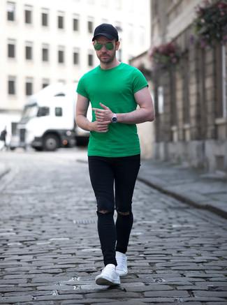 Cómo combinar: gorra de béisbol negra, tenis de cuero blancos, vaqueros pitillo desgastados negros, camiseta con cuello circular verde