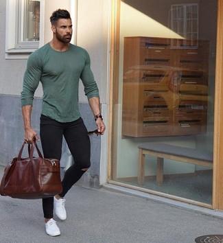 Cómo combinar: bolsa de viaje de cuero en marrón oscuro, tenis de cuero blancos, vaqueros pitillo desgastados negros, camiseta de manga larga verde oliva