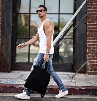 Cómo combinar: bolsa tote de lona negra, tenis blancos, vaqueros pitillo desgastados azules, camiseta sin mangas blanca