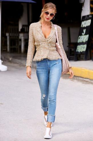 Combinar una bolsa tote rosada: Considera ponerse una chaqueta de tweed marrón claro y una bolsa tote rosada para un look agradable de fin de semana. Tenis blancos son una opción inigualable para complementar tu atuendo.