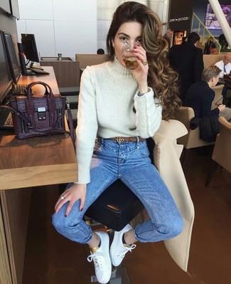 Combinar una correa de cuero marrón: Empareja un jersey de cuello alto de punto blanco junto a una correa de cuero marrón para un look agradable de fin de semana. Tenis de cuero blancos son una opción estupenda para completar este atuendo.