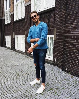 Combinar unos vaqueros pitillo desgastados azul marino: Un jersey de ochos azul y unos vaqueros pitillo desgastados azul marino son una opción práctica para el fin de semana. ¿Por qué no ponerse tenis de cuero blancos a la combinación para dar una sensación más clásica?