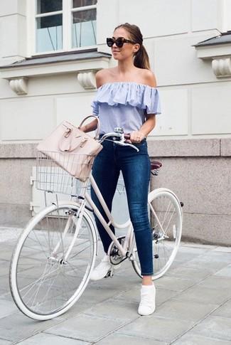 Cómo combinar: bolsa tote de cuero rosada, tenis blancos, vaqueros pitillo azul marino, top con hombros descubiertos celeste