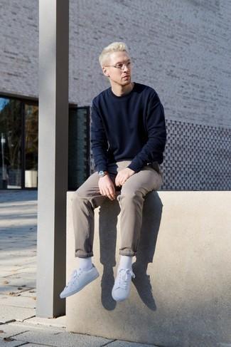 Combinar unos calcetines blancos: Emparejar una sudadera azul marino junto a unos calcetines blancos es una opción práctica para el fin de semana. Tenis blancos dan un toque chic al instante incluso al look más informal.