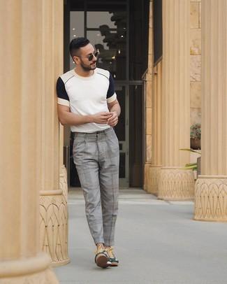 Cómo combinar: tenis verde oscuro, pantalón de vestir de tartán gris, camiseta con cuello circular en blanco y azul marino