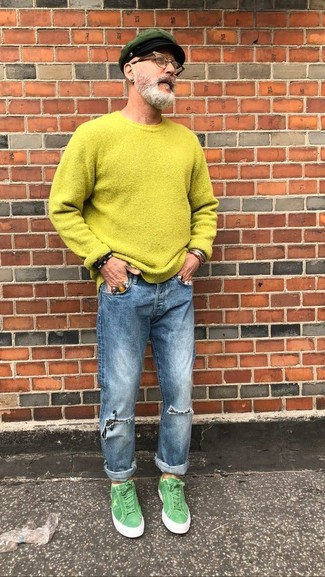 Cómo combinar: gorra inglesa verde oscuro, tenis de ante verdes, vaqueros desgastados azules, jersey con cuello circular en amarillo verdoso