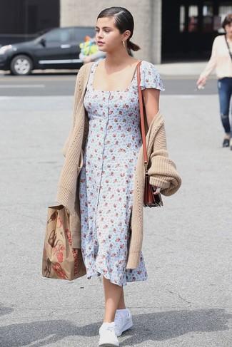 Cómo combinar: bolso bandolera de cuero en tabaco, tenis de cuero blancos, vestido camisa con print de flores celeste, cárdigan largo en beige