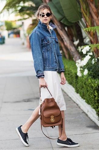 Cómo combinar: mochila con cordón de cuero marrón, tenis azul marino, vestido camisa en beige, chaqueta vaquera azul
