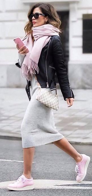 Cómo combinar: bolso bandolera de cuero a cuadros gris, tenis de cuero rosados, vestido jersey gris, chaqueta motera de cuero negra