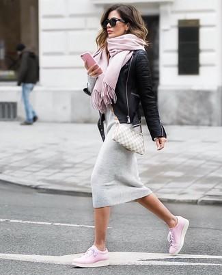Cómo combinar: bolso bandolera de lona a cuadros gris, tenis de cuero rosados, vestido jersey gris, chaqueta motera de cuero negra