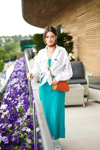 Cómo combinar: bolso bandolera de cuero en tabaco, tenis blancos, vestido largo de seda en verde azulado, chaqueta estilo camisa blanca