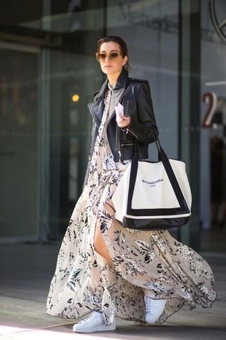 Cómo combinar: bolsa tote de cuero en blanco y negro, tenis blancos, vestido largo con print de flores en beige, chaqueta motera de cuero negra