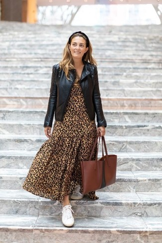 Combinar una chaqueta motera de cuero negra: Mantén tu atuendo relajado con una chaqueta motera de cuero negra y un vestido largo de leopardo marrón claro. Tenis de lona blancos son una opción práctica para complementar tu atuendo.