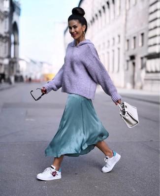 Combinar una cartera de cuero blanca: Equípate una sudadera con capucha de punto violeta claro con una cartera de cuero blanca para un look agradable de fin de semana. Completa tu atuendo con tenis de cuero estampados blancos para destacar tu lado más sensual.