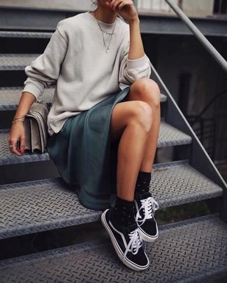 Cómo combinar: bolso de hombre de cuero gris, tenis de lona en negro y blanco, vestido largo de satén en verde azulado, sudadera gris