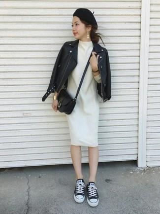 Cómo combinar: bolso bandolera de cuero negro, tenis de lona en negro y blanco, vestido recto de lana blanco, chaqueta motera de cuero negra