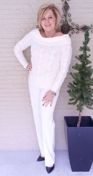 La versatilidad de un top con hombros descubiertos de punto blanco y un pantalón de vestir blanco los hace prendas en las que vale la pena invertir. ¿Por qué no ponerse zapatos de tacón de cuero negros a la combinación para dar una sensación más clásica?