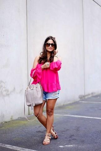 Cómo combinar: top con hombros descubiertos rosa, pantalones cortos vaqueros desgastados azules, sandalias planas de cuero con tachuelas en beige, mochila con cordón de cuero gris